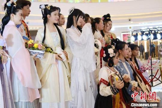 汉服爱好者参加2021年花朝节花神评选。受访者供图