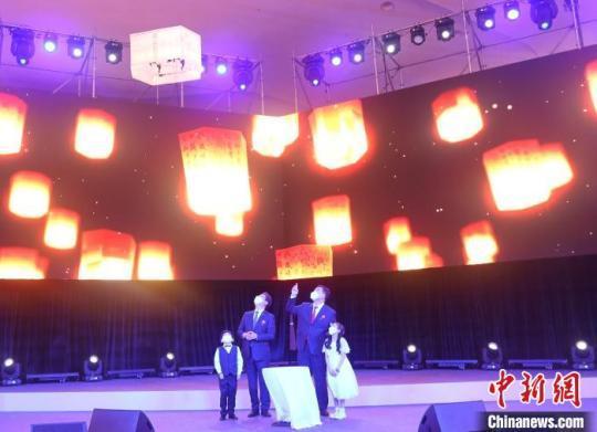 邢海明大使与黄熙长官同韩国儿童一起点燃孔明灯。 中国驻韩国大使馆供图