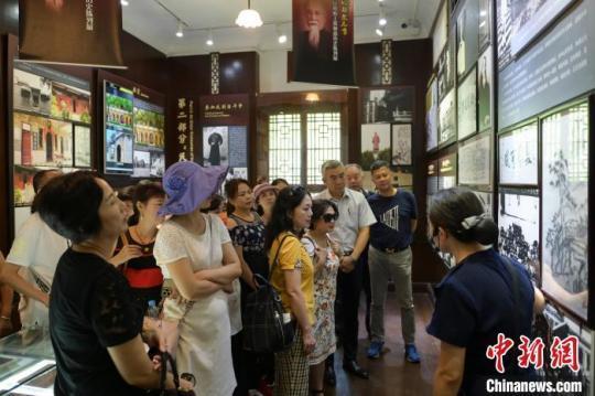 图为在渝两岸婚姻家庭成员及台胞台属代表参观重庆南泉抗战遗址群。 何蓬磊 摄