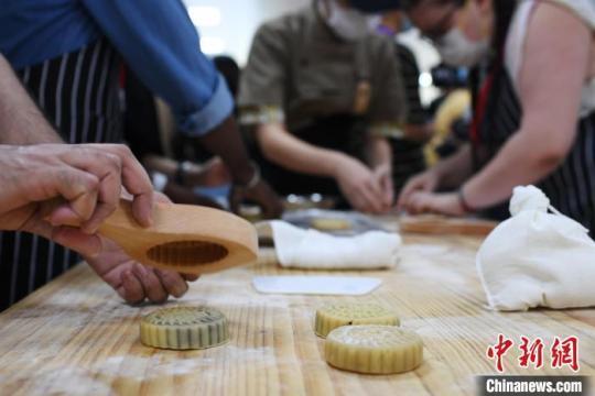 """近20位""""老外""""学制广式月饼感受中华传统文化魅力"""