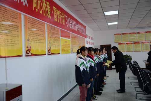 遵义市第十七中学-贵州遵义市侨联赴习水发放助学款 资助30名学生