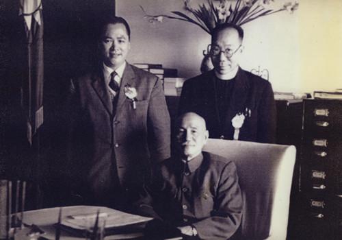 中国侨网1956年蒋介石七十大寿,二排左一为傅明光。