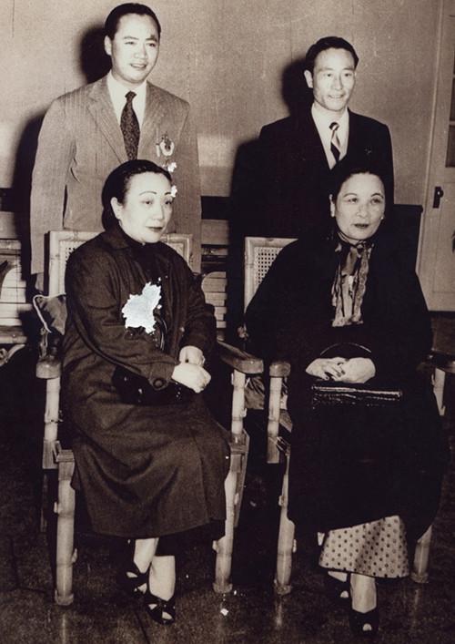中国侨网1956年,傅明光(二排左一)与宋霭龄(前左)、宋美龄(前右)合影。