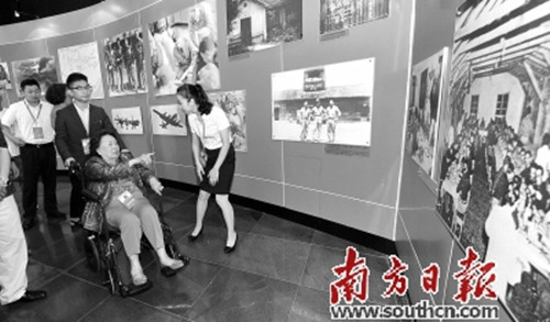 """祖籍南海的陈香梅被誉为""""中美民间大使""""。图为其在湖南参观飞虎队纪念馆(新华社发)"""