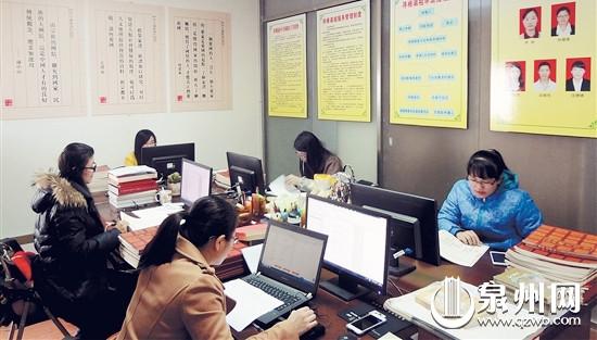 寻根平台筹建办工作人员正在录入已征集到的谱牒信息。