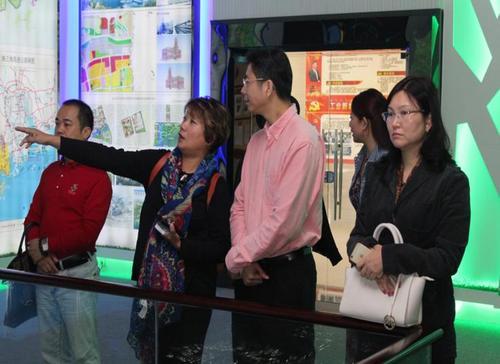 中国侨网江门侨青会理事长杨学东与秘书长郭汝红参观规划展馆