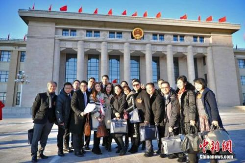 中国侨网1月23日,港澳委员在天津大礼堂合影。当天,中国人民政治协商会议天津市第十四届委员会第一次会议在天津大礼堂开幕。中新社记者 佟郁 摄