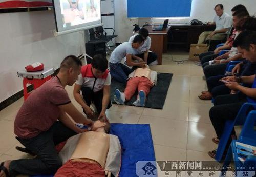 中国侨网侨胞们在学习应急救护技能。广西新闻网通讯员杨孙艳 摄