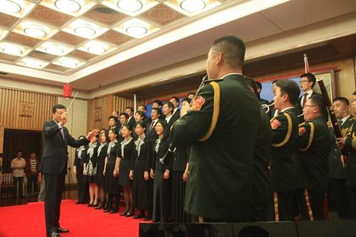 演出在悠扬的萨克斯独奏《回家》旋律中拉开帷幕,唤起了海外华侨对