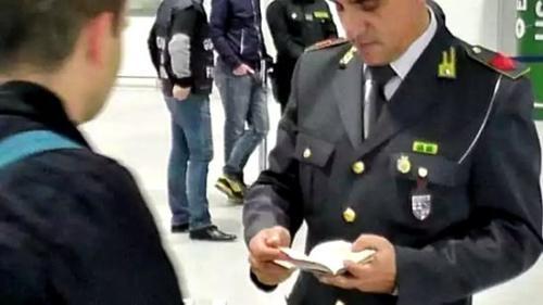 中国侨网意大利机场海关检查过往旅客。(意大利欧联网 资料图)