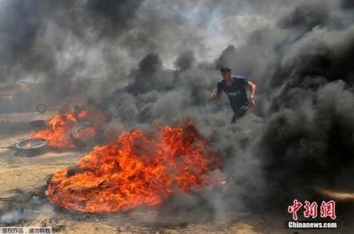 中国侨网当地时间5月14日,迁至耶路撒冷的美国驻以色列新使馆将举行开馆典礼。当天,加沙地带爆发大规模抗议和冲突事件,已经造成了人员伤亡。