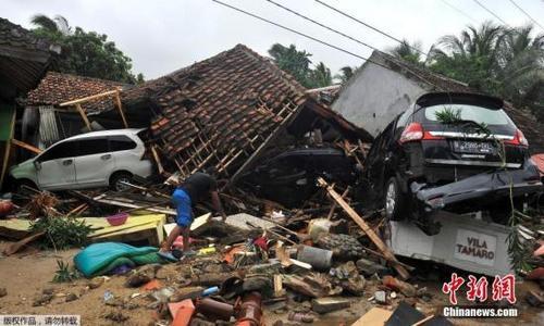 中国侨网当地时间2018年12月23日,印度尼西亚西部巽他海峡附近发生海啸,灾难过后的万丹省西冷县街头一片狼藉。