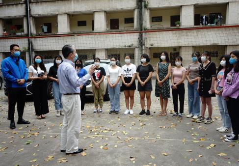 """驻越南大使看望在越中国留学生并发放""""健康包"""""""