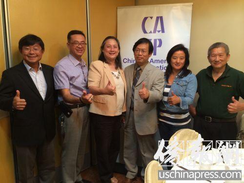 华人营建公会的成员合影,右三为会长张翼忠。(美国《侨报》/夏嘉