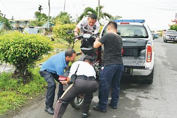 马鲁帝交通部副主管穆丁阿纳葛莫警曹与刑事主任阿再也到现场了解情况图片