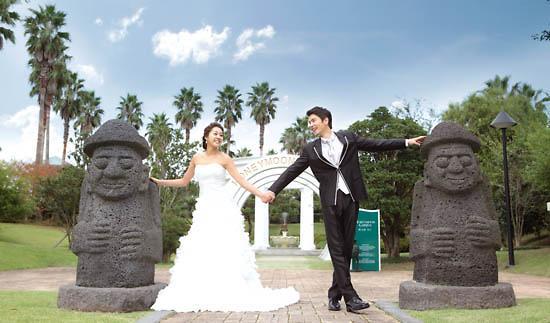 在济州岛拍摄婚纱照的中国新人.(韩国亚洲经济中文网)