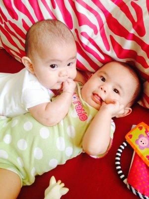 中国侨网-中美混血双胞胎女婴出生七月患先天病 手术
