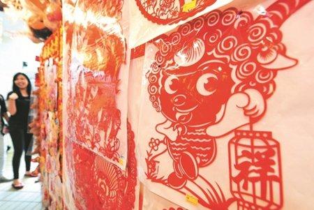 传统的剪纸艺术,巧妙地融合了羊的生肖造型