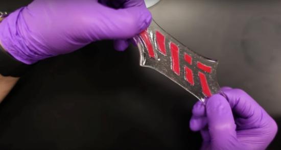 据MIT新闻网报导,赵选贺领导的团队,研发出一种薄的弹性层,可覆盖在水凝胶以防止脱水,让水凝胶保持湿润、灵活和弹性。赵选贺指出,他们的灵感来自人类皮肤,真皮层由于有表皮层保护,其中的神经和毛细血管,以及体内的肌肉和器官等不会失去水分。而他们研发的弹性表层与水凝胶的黏着度,高于人类皮肤的表皮层和真皮层,并且更为坚固。该材料的弹性,能拉到原本长度的七倍。   该报告也指出,他们研发的技术,可以在这种复合材料中铺下类似毛细血管的微小通道,并尝试在材料中嵌入复合离子电路,以模拟神经网络。   麻省总医院和哈佛