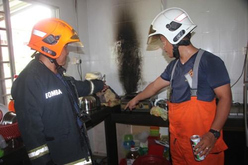 消拯员指向厨房发生爆炸之处,墙壁被熏黑。(马来西亚《星洲日报》)