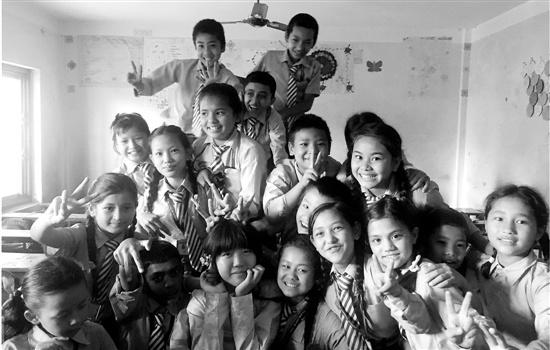 中国大学生赴尼泊尔支教 穿汉服上课轰动全校图片