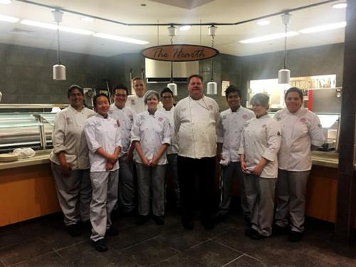 越来越多中国留学生选择学习烹饪,肯德尔学院烹饪导师梅尔(右四)表示近年来该校中国留学生数量明显增加。(美国《世界日报》/董宇