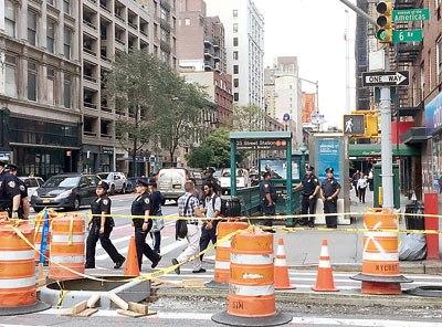 纽约西23街夹六大道地铁站前有多名警员巡视.(美国《星岛日报》)