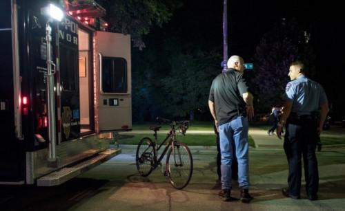 邱楚园连人带单车都被卷入水泥车下。(美国《侨报》)