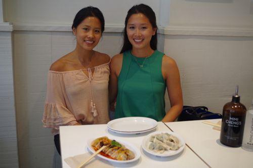 郑�_姐妹花郑佳惠(右)和郑美恩(左)在东村开创意饺子店引潮流.