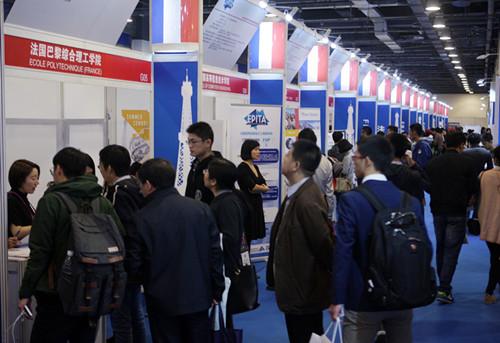 10月22日,中国教育国际交流协会主办的2016中国国际教育展在北京国家会议中心开幕。当日,法国大学展区前,前来咨询的学生及家长络绎不绝。(法国《欧洲时报》)