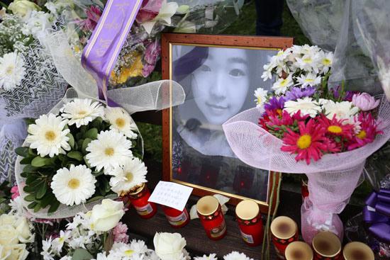 中国侨网11日,罗马,鲜花与蜡烛围绕着张瑶的遗照.