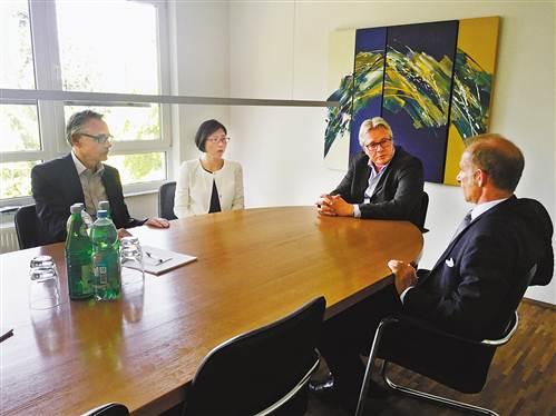 """""""2016年9月的一天,在德国北威州埃森市一栋三层小楼内接受采访时,何蓉"""