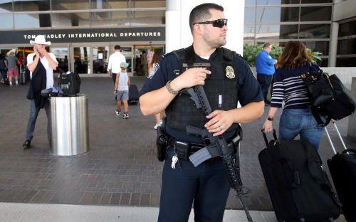 中国侨网移民海关执法人员荷枪实弹在洛杉矶机场大楼外执勤。(美国《侨报》/资料照片)