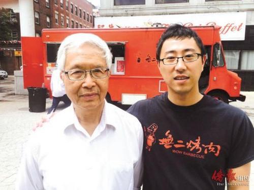 中国侨网刘晓(右)和甄云龙(甄子丹父亲)在他经营的无二餐车前合影。(美国《侨报》/季婕 摄)