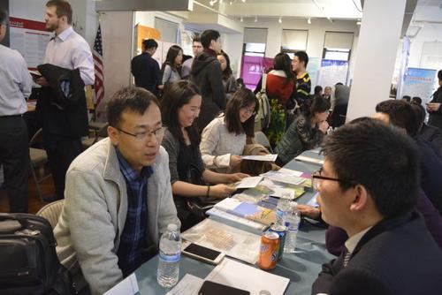中国侨网陕西高校专场招聘会的纽约会场上人头攒动,不少来自知名高校的中国留学生来此争取回国发展机会。(美国《世界日报》/俞姝含 摄)