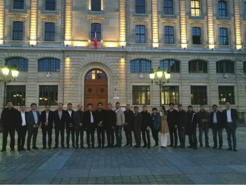 中国侨网参加座谈会的华人代表在警察总局门前。(《欧洲时报》/孔帆 摄)