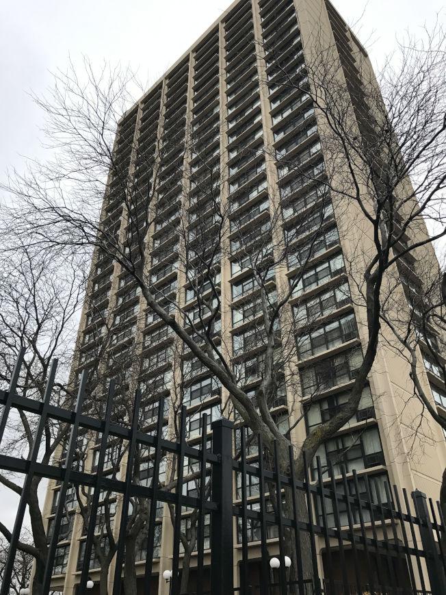 中国侨网一名75岁的华人妇女,日前从芝加哥华埠26街附近的耆老大厦一跃而下当场死亡。(美国《世界日报》/黄惠玲 摄)