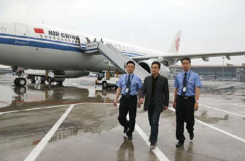 """在北京首都机场,""""百名红通人员""""郭廖武从澳大利亚"""