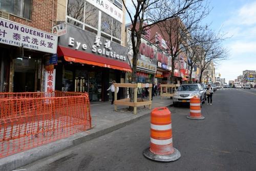 中国侨网缅街Q44巴士站点改变,人行道拓宽工程即将动工。(美国《世界日报》/朱泽人 摄)