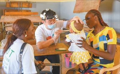 中国侨网中国援塞内加尔医疗队正在进行义诊。