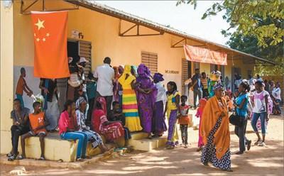 中国侨网医疗队义诊期间,大量塞内加尔民众前来就诊。中国第十六批援塞内加尔医疗队供图