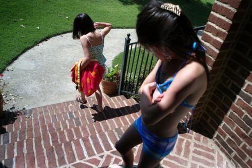 中国侨网两位自中国领养回美的双胞胎女孩,如今在亚拉巴马州快乐生活。(美国《世界日报》援引Getty Images)