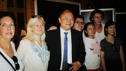 中国侨网陈文雄与支持者庆贺胜利。(法国《欧洲时报》/张新 摄)