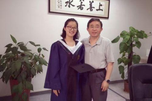 中国侨网章莹颖(左一)图。(美国侨报网)