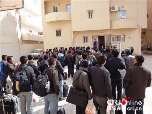 中国侨网2011年2月24日,长城钻探公司员工们召开撤离前动员会(李亚强供图)