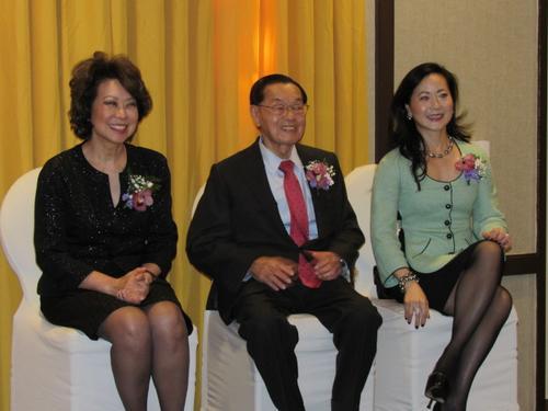 中国侨网赵小兰(左起)、赵锡成和赵安吉应邀参加。(美国《世界日报》/颜嘉莹 摄)