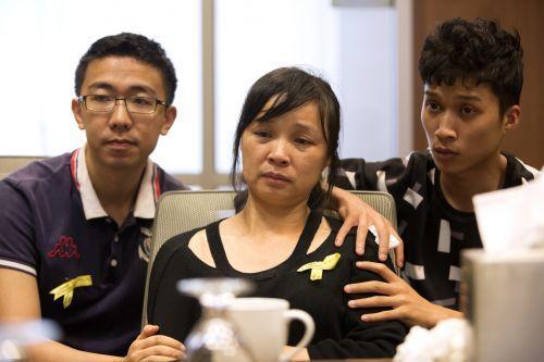 中国侨网章莹颖的男友(左)妈妈(中)和弟弟(右)。(美国侨报网援引Chicago Tribune)