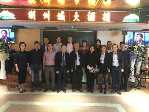 中国侨网维权热心人聚集巴黎潮州城大酒楼商讨办法。(法国《欧洲时报》/黄冠杰 摄)