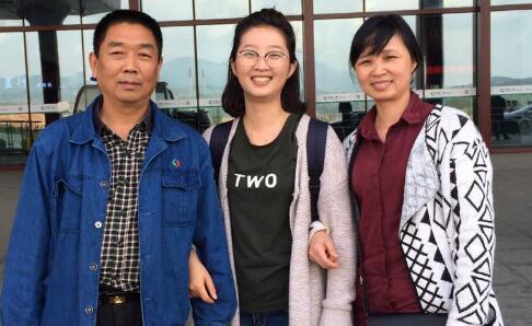中国侨网章莹颖生前与父母合影。(美国侨报网)