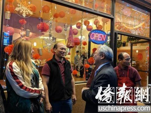 中国侨网李孟贤市长与大家边欣赏橱窗设计边听取意见.